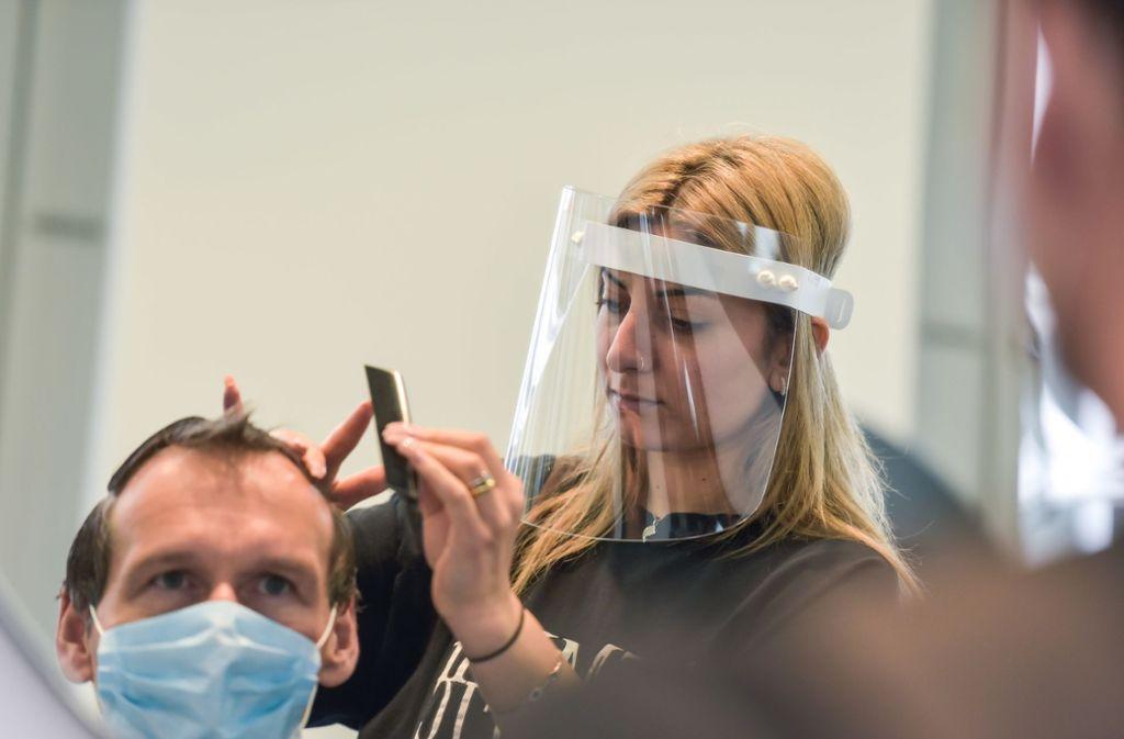 Kurzzeitig  erlaubt: Gesichtsvisiere statt Masken. Das Stuttgarter Ordnungsamt hatte nichts dagegen, das Land aber schon. Foto: Lichtgut/Max Kovalenko
