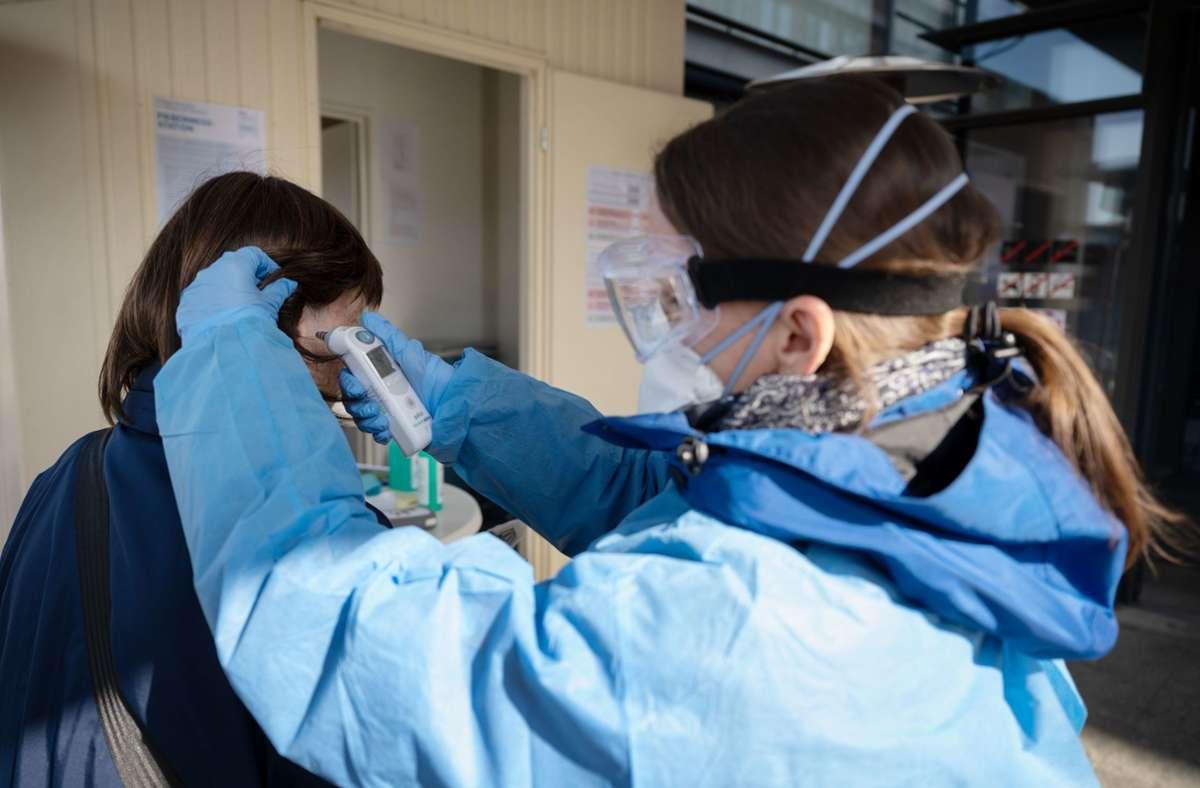 Wer ins Krankenhaus will, bei dem wird die Körpertemperatur gemessen. Wachsenden Unmut gibt es vor allem aber wegen der Einschränkungen für Besucher. Foto: dpa/Marijan Murat