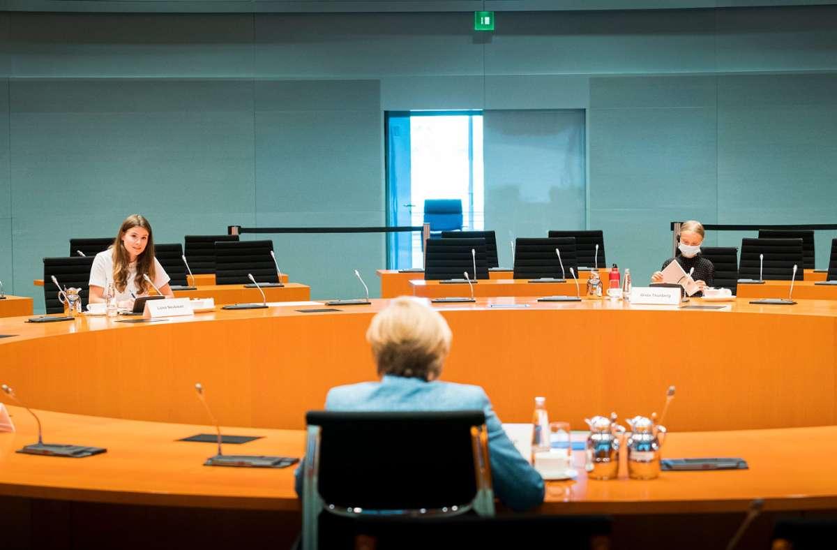 Angela Merkel unterhält sich mit den Klimaktivistinnen Luisa Neubauer (l.) und Greta Thunberg im Bundeskanzleramt. Foto: dpa/Steffen Kugler