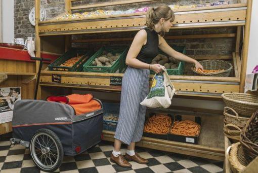 Ein Fahrradanhänger ist flexibel einsetzbar. Im Laden dient er etwa als Einkaufswagen.