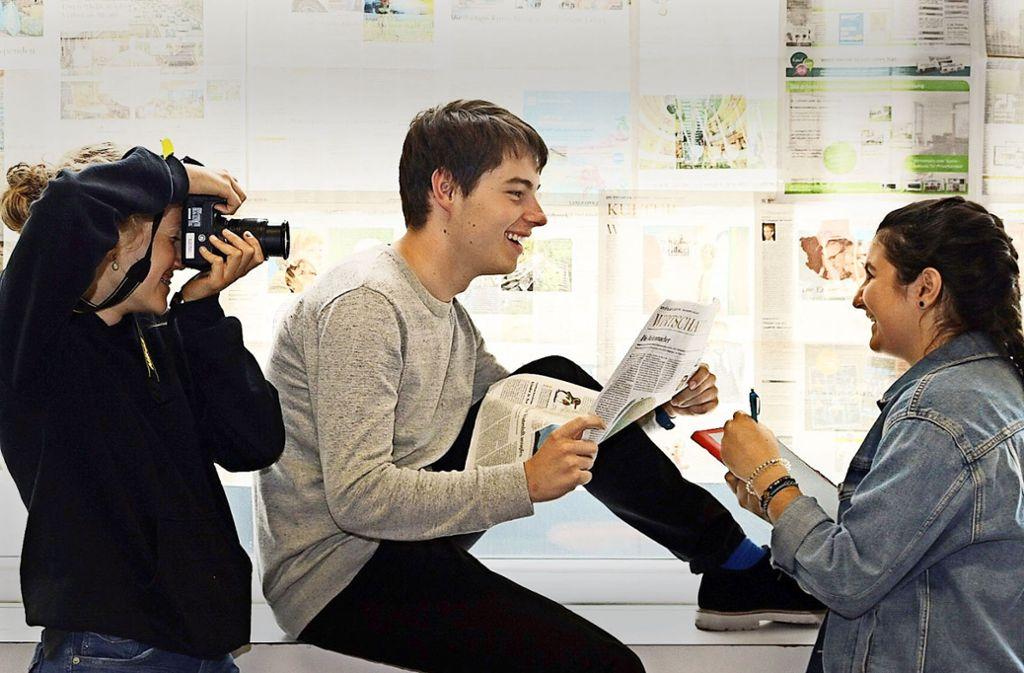Recherchieren, fotografieren, veröffentlichen: Chiara Gazvoda  (rechts) Enya Reik  und Erik Wöllner zeigen, worum es der Eislinger Reporter-AG geht. Foto: Jannik Winter/Reporter-AG