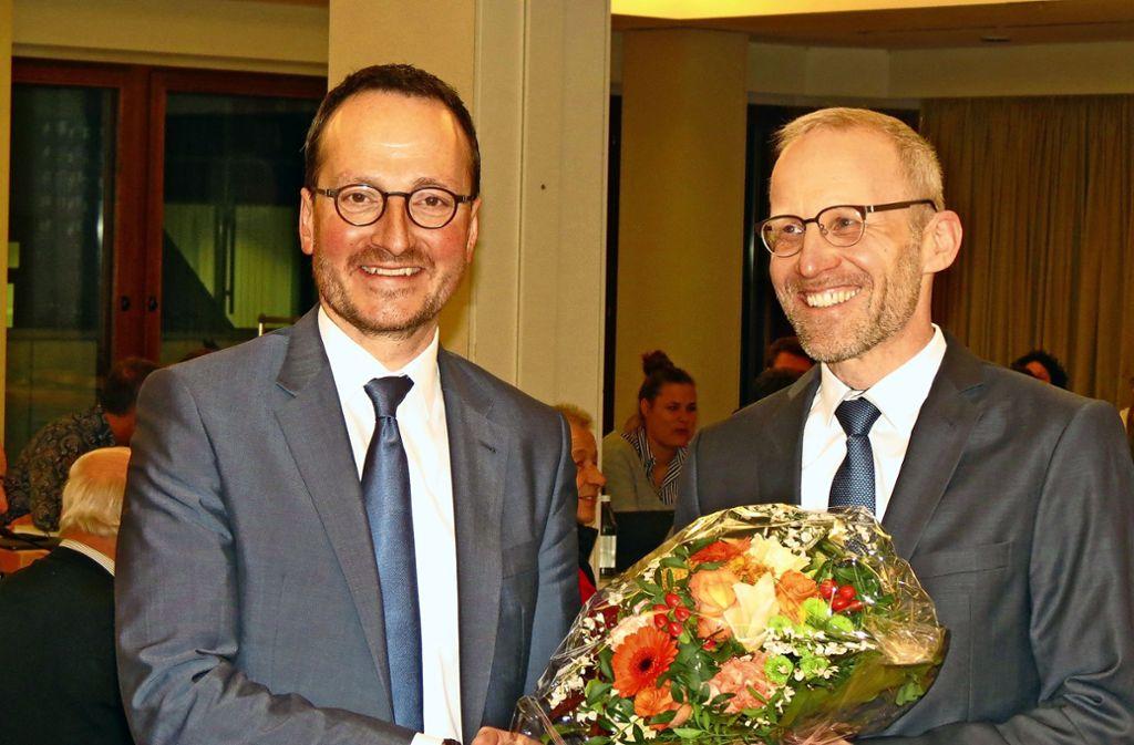 Oberbürgermeister Christoph Traub (l.) gratuliert Jens Theobaldt. Foto: Häusser