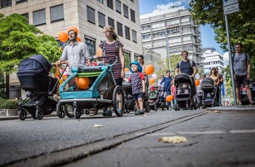 Eltern machen auf Hindernisse für Kinderwagen aufmerksam