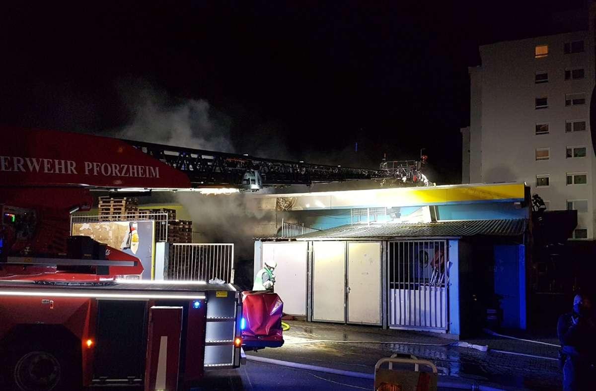 Das Feuer hat am Samstagabend von einem Außenlager auf den Supermarkt in Pforzheim übergegriffen. Foto: SDMG/SDMG / Gress
