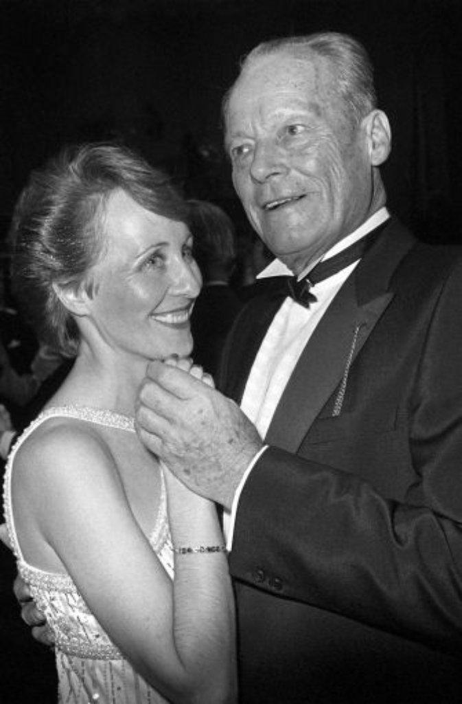 1984: Späte Liebe - Willy Brandt mit seiner dritten Frau Brigitte Seebacher-Brandt. Foto: dpa