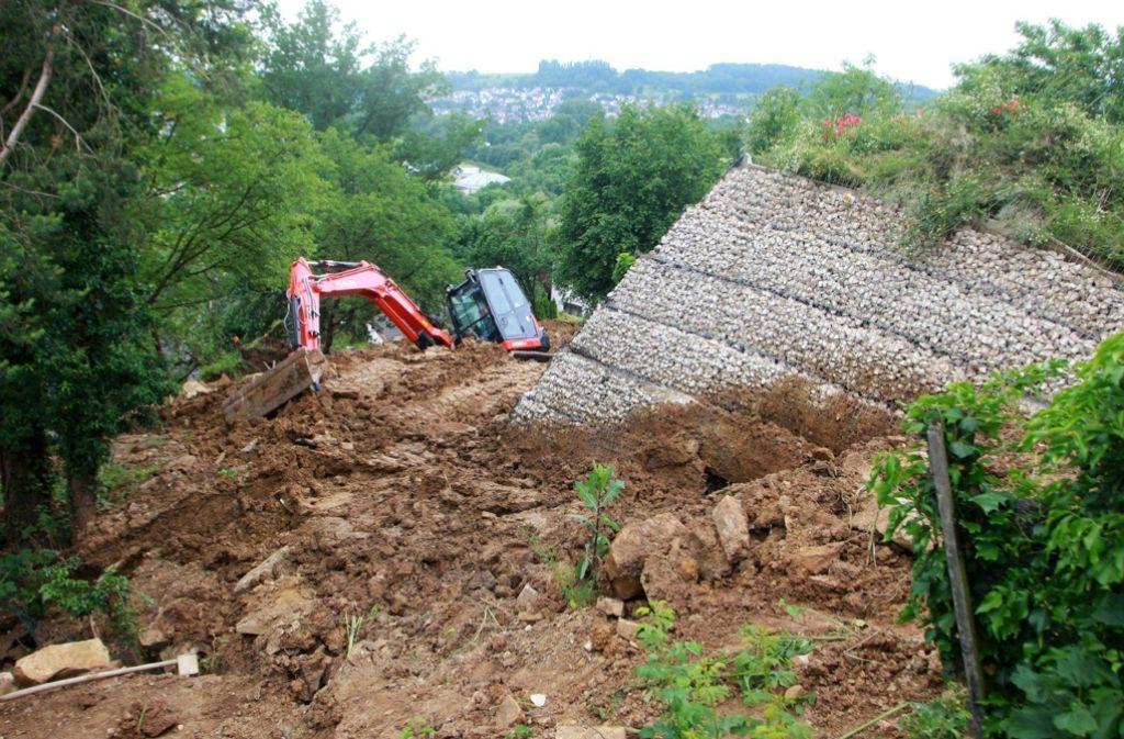 Das abgerutschte Gelände oberhalb der Panoramastraße in Nürtingen-Zizishausen gleicht einem Erdbebengebiet. Foto: 7aktuell