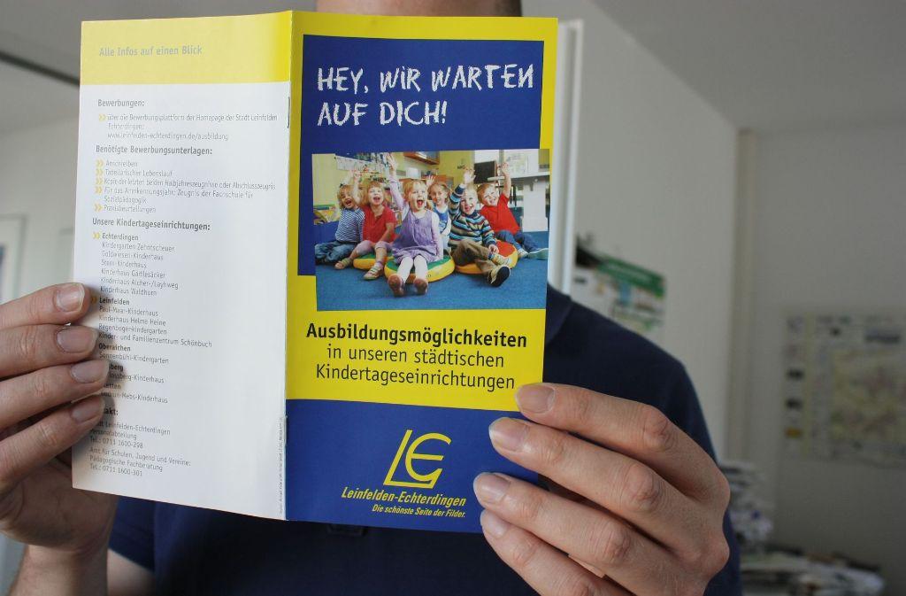 Mit diesem Flugblatt wirbt die Stadt L.-E.  um pädagogische Nachwuchskräfte. Foto: N.  Kanter