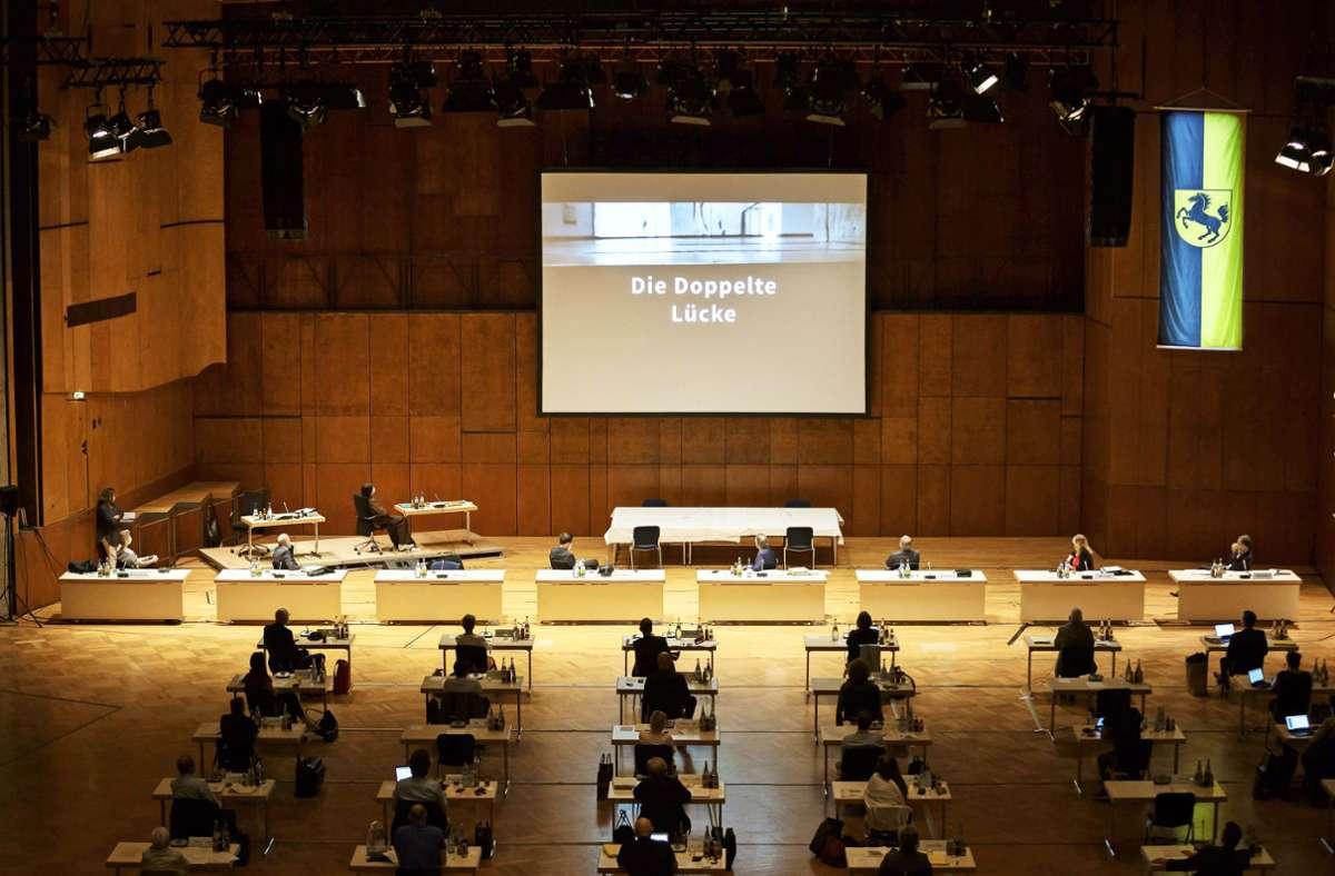 Die Stadträte sehen den Film bei ihrer Sitzung in der Liederhalle. Foto: Lichtgut/Julian Rettig