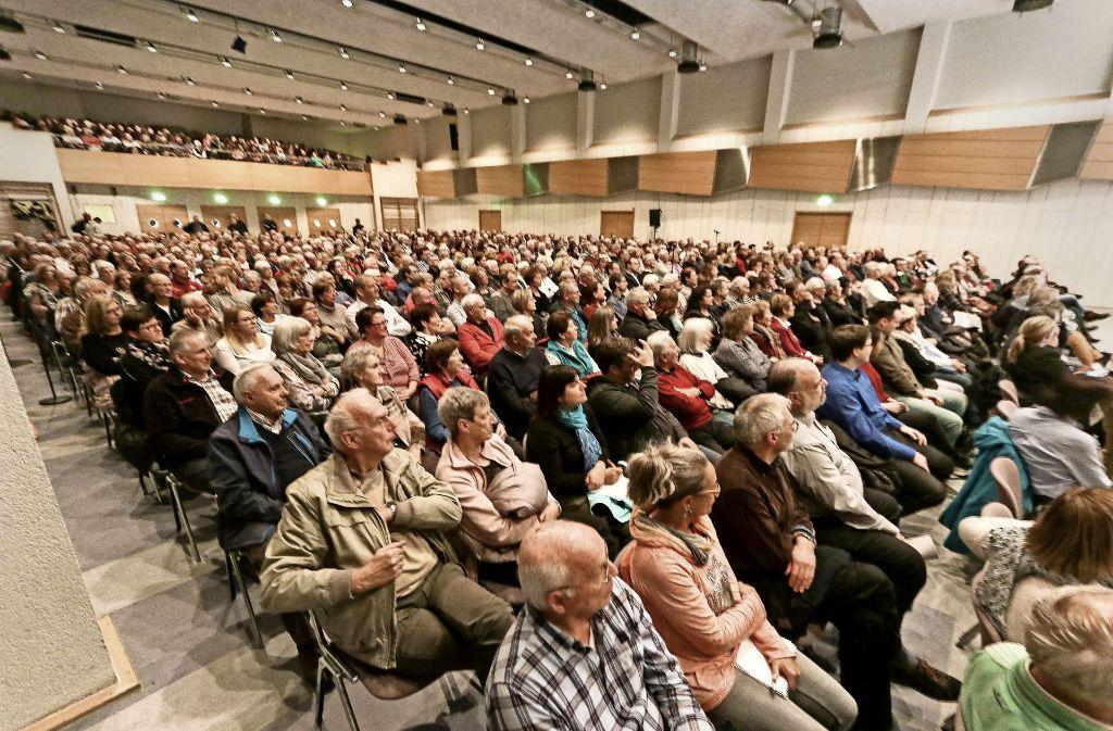 Die Festhalle war voll. Weitere 300 Zuhörer saßen in der benachbarten  Sporthalle. Foto: factum/Granville