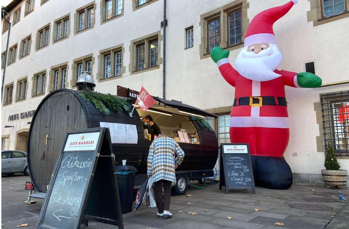 Glühwein aus dem Holzfass-Wagen ist vor der Alten Kanzlei erlaubt. Foto: Mikolaj