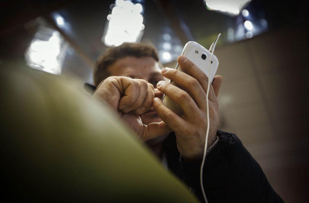 Das Handy ist für Geflüchtete wichtig schon wegen des Kontakts mit der Heimat. Nun soll es in Stuttgart auch zur Schaltstelle bei der Jobsuche werden. Foto: Gottfried Stoppel