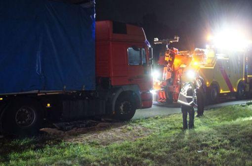 Nach Lkw-Panne laufen 500 Liter Diesel auf A8 aus