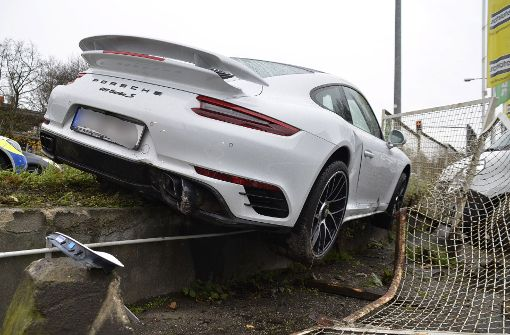 Porsche schleudert gegen Zaun