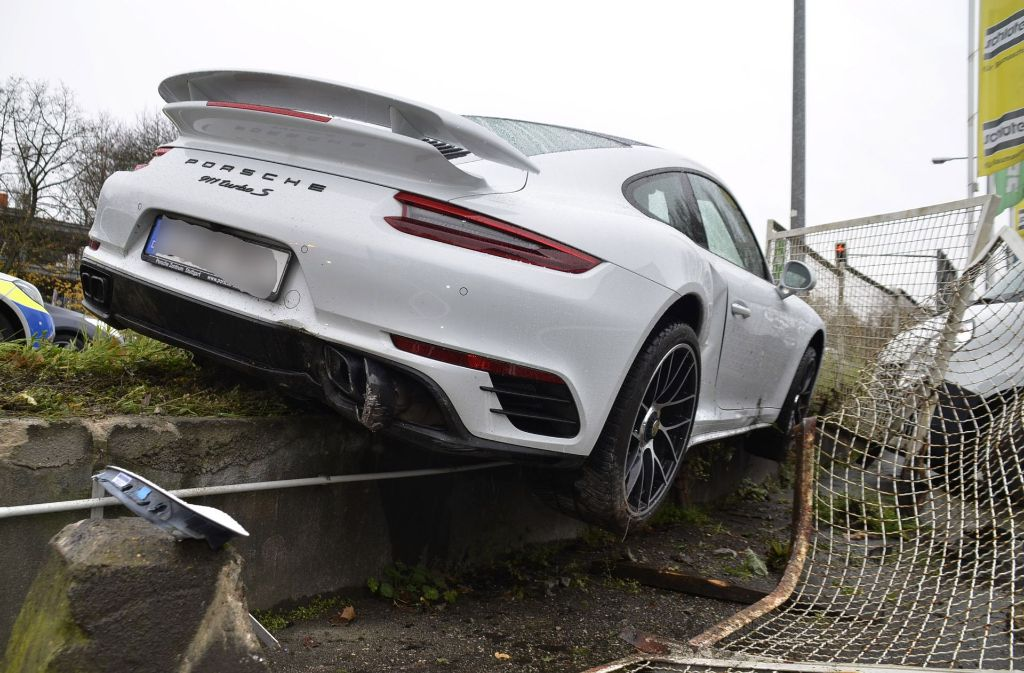 Ein 24-Jähriger ist mit seinem Porsche in Zuffenhausen gegen einen Zaun gefahren. Foto: Andreas Rosar Fotoagentur-Stuttgart