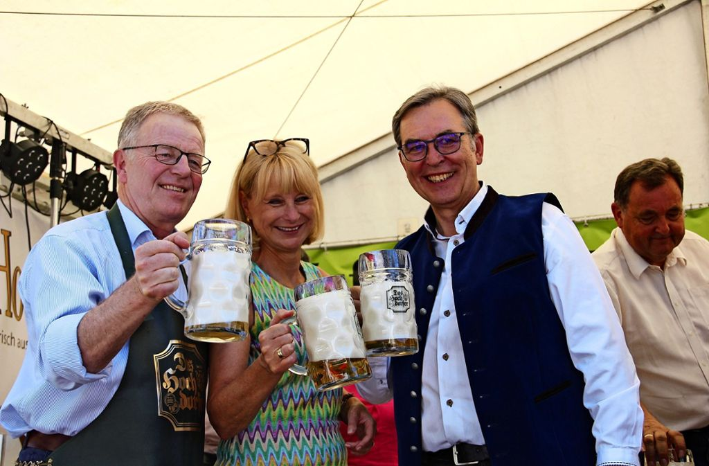 Bürgermeister Martin Schairer, Bundestagsabgeordnete Karin Maag und Bezirksvorsteher Gerhard Hanus (v.l.) stoßen an. Foto: