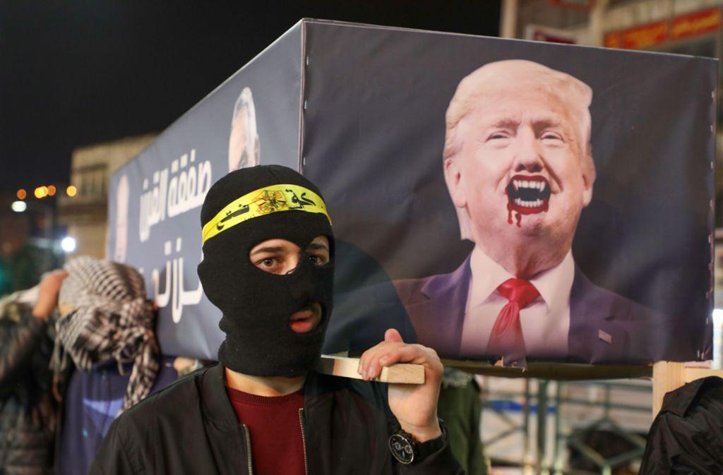 Demonstranten trugen im Gaza-Streifen einen als Vampir umgestalteten Donald Trump symbolisch zu Grabe. Foto: AFP/JAAFAR ASHTIYEH