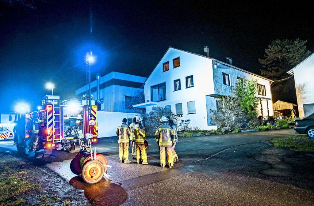 Wieder ein Brand in Freiberg am Neckar: Am Mittwochabend wurde die Feuerwehr zu einem Haus nahe der Bahnlinie gerufen. Foto: 7aktuell.de/Simon Adomat