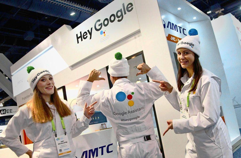 Google wirbt überall in Las Vegas für seinen elektronischen Sprachassistenten, auch mit weiß gekleideten jungen Zipfelmützenträgern, die auf der Messe herumalbern. Foto: imago