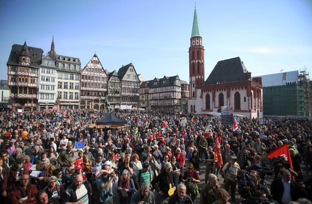 Im Gegensatz zu den Krawallen seit den frühen Morgenstunden im Umfeld der EZB verläuft die Kundgebung am Römerberg in Frankfurt friedlich.  Foto: dpa