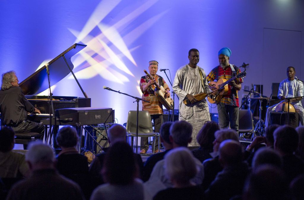 Ansteckend gut aufgelegt: Joachim Kühn (am Flügel) mit Musikerkollegen im Kunstmuseum Foto: Lichtgut/Leif Piechowski