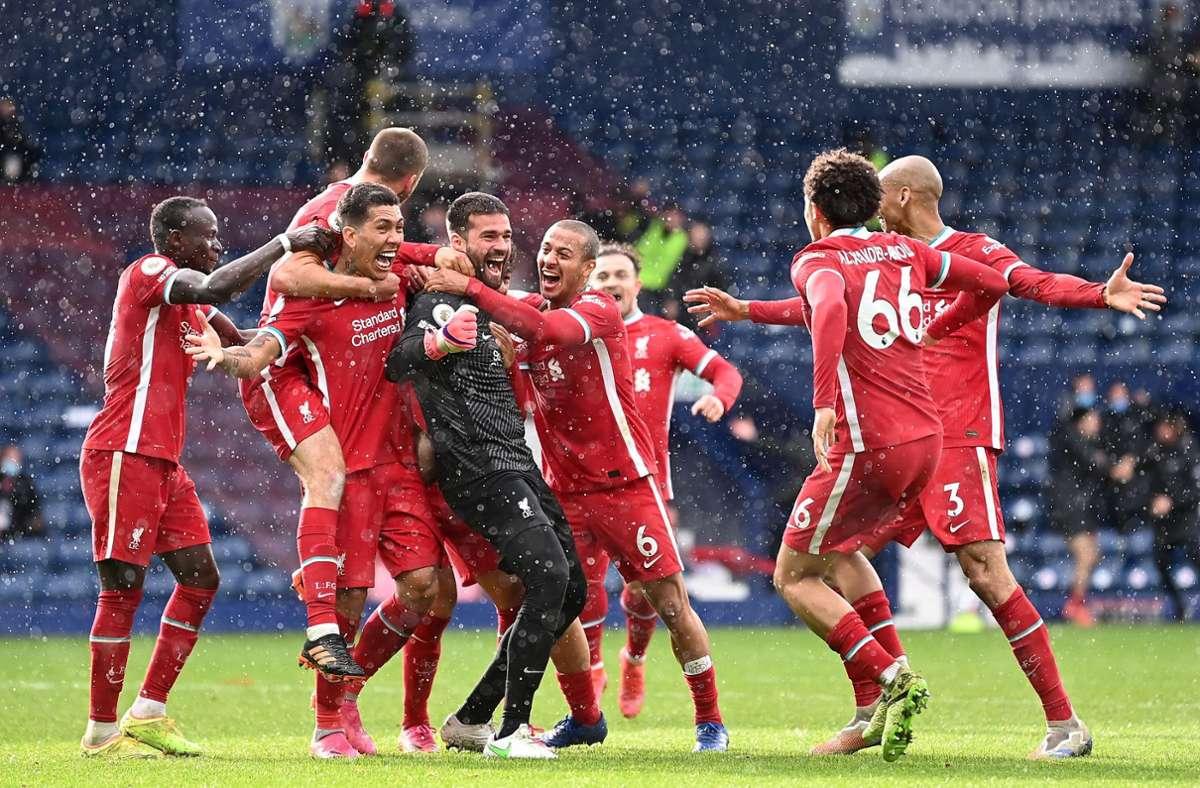 Liverpool feiert Torhüter Alisson (Mitte)  nach seinem Treffer zum 2:1. Foto: AFP/LAURENCE GRIFFITHS