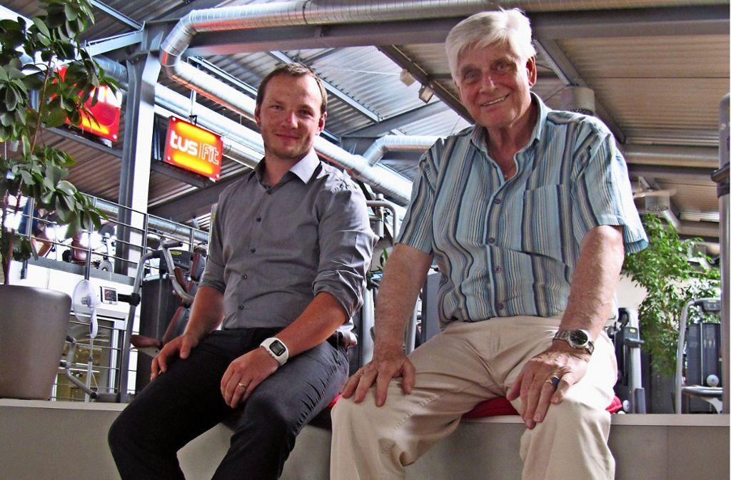 Dominik Samol aus dem Vorstand des Tus (li.) und Klaus Bödiger (r.), der ehemalige Geschäftsführer des Tus. Bödiger entschied sich damals für den Umbau zum Fitnessstudio. Foto:Bosch Foto: