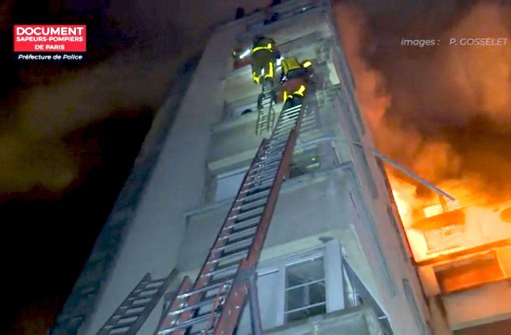 Die Feuerwehrleute stiegen auf Leitern bis zum höchsten Stockwerk des achtstöckigen Gebäudes in der Rue Erlanger. Foto: Pariser Feuerwehr/dpa