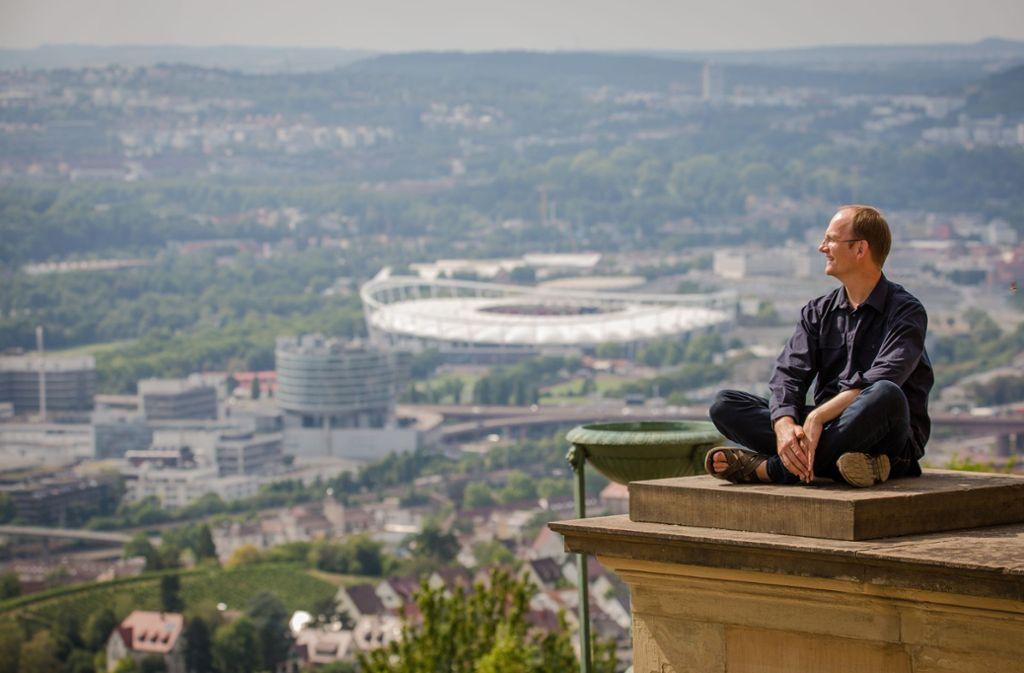 Kantor Arnd Pohlmann blickt von der Grabkapelle auf dem Württemberg  auf Stuttgart. Foto: Lichtgut/Christoph Schmidt