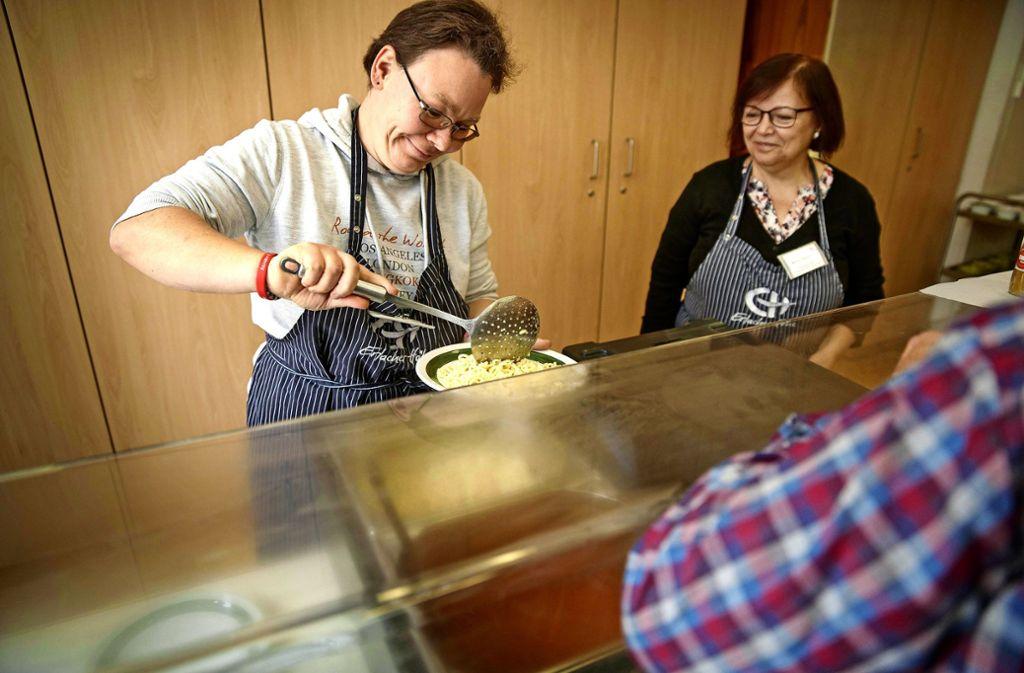 Jeden Montag geben Mitarbeiter der Erlacher Höhe im Schorndorfer Martin-Luther-Haus Essen aus. Foto: