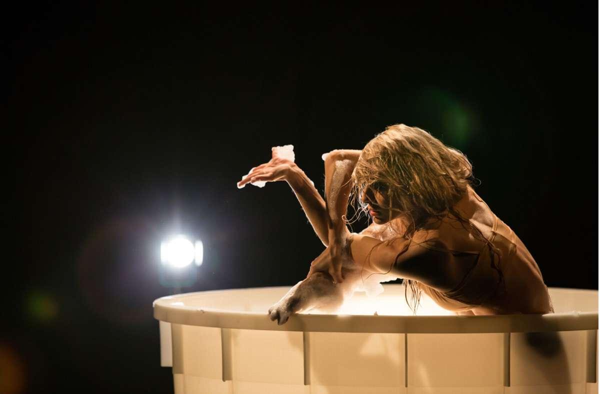 """Szene aus einem der 17 Kurzfilme: Garazi Perez Oloriz tanzt für Mauro Bigonzettis Beitrag für """"The Dying Swans Project"""" im Schaumbad. Foto: Jeanette Bak/GD"""