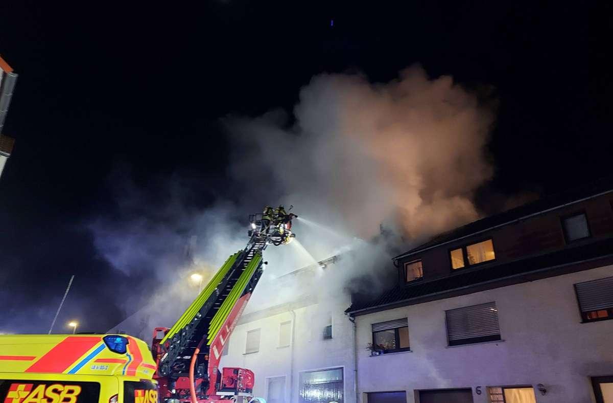 Die Feuerwehr löscht den Brand im Dachstuhl des Gebäudes. Foto: 7aktuell.de/ Hessenauer/7aktuell.de   Hessenauer