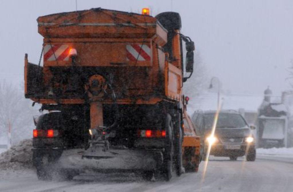 Schnee hat die Straßen in Baden-Württemberg (hier ein Bild aus dem Schwarzwald) in Rutschbahnen verwandelt. Foto: dpa