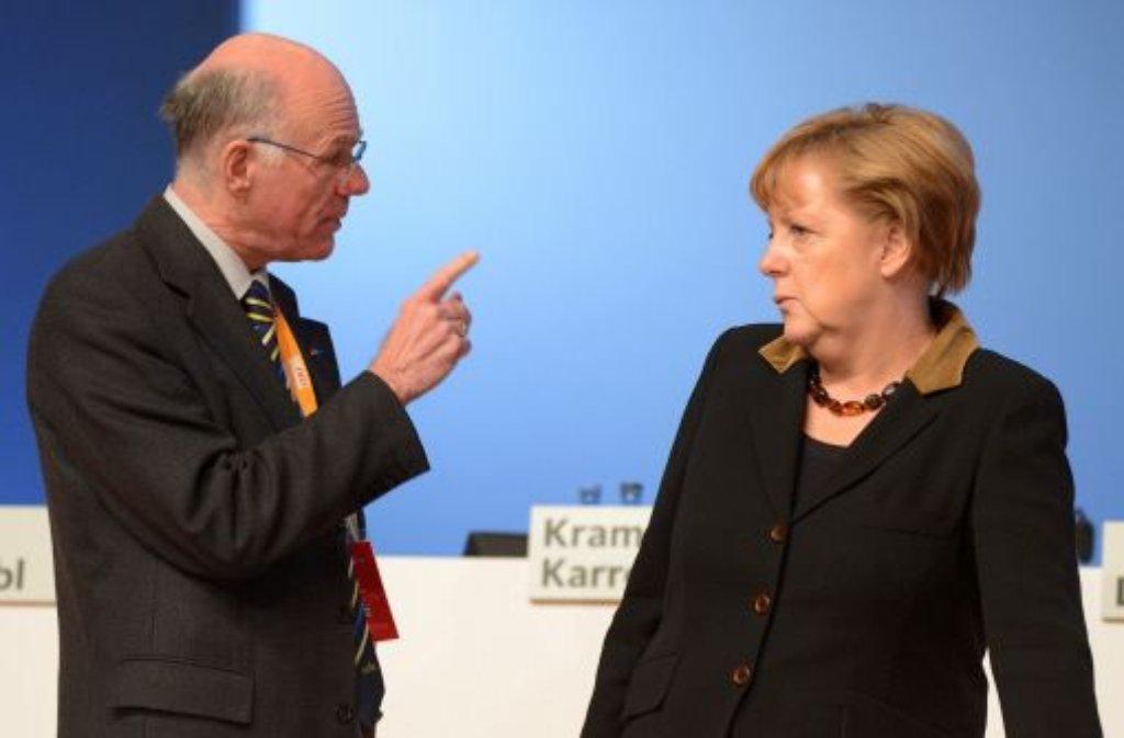 Die Länder wollen ein neues NPD-Verbotsverfahren. Die Bundesregierung nimmt sich Zeit zum Nachdenken. Und der oberste Repräsentant des Bundestages, Norbert Lammert (links, mit Kanzlerin Merkel), sagt vorauseilend Nein zu dem Manöver. Foto: dpa