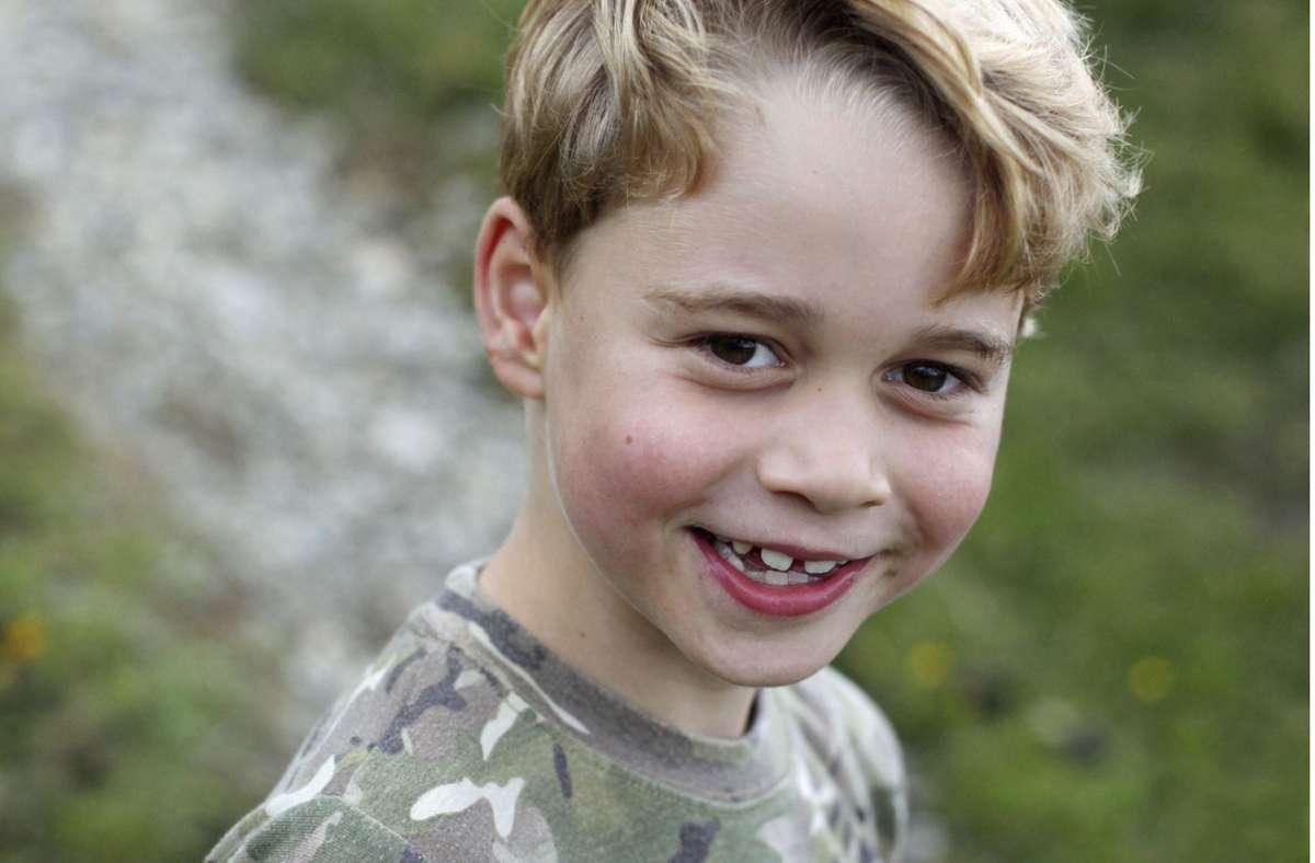 Frecher Blick mit Zahnlücke: Prinz George wird sieben. Foto: AP/Duchess of Cambridge