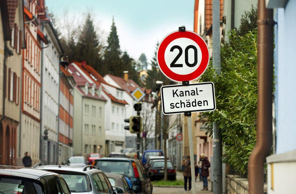 Noch reichen in Esslingen Verkehrsschilder und eine halbseitige Sperrung. Foto: Horst Rudel