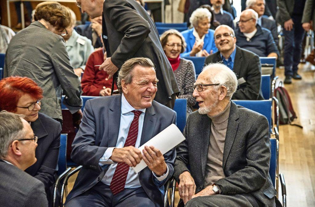 Zwei, die sich schätzen:  Gerhard Schröder (Mitte) und Erhard Eppler. Foto: Giacinto Carlucci