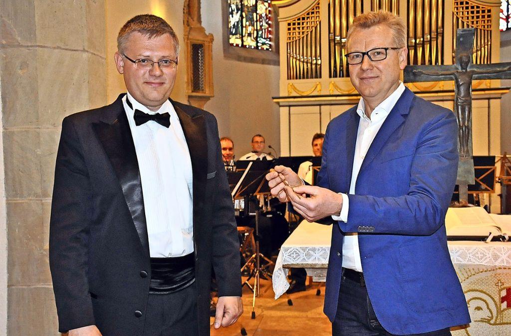Alexander Wassylenko (links) hat den Dirigentenstab an seinen Nachfolger  Andrej Baumgard übergeben. Foto: Georg Linsenmann