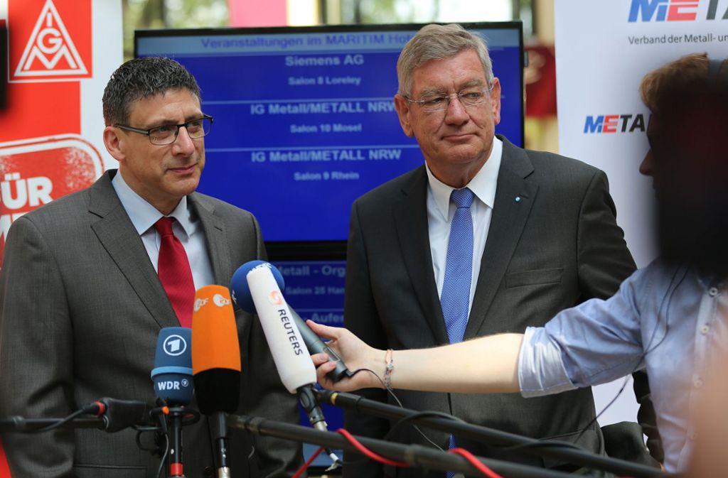 Die Verhandlungsführer in NRW, Knut Giesler (links) und Arndt G. Kirchhoff, haben schon mal die ersten Schritte zu einem möglichen Zukunftspaket erörtert (hier bei einer früheren Tarifrunde). Foto: dpa/Oliver Berg