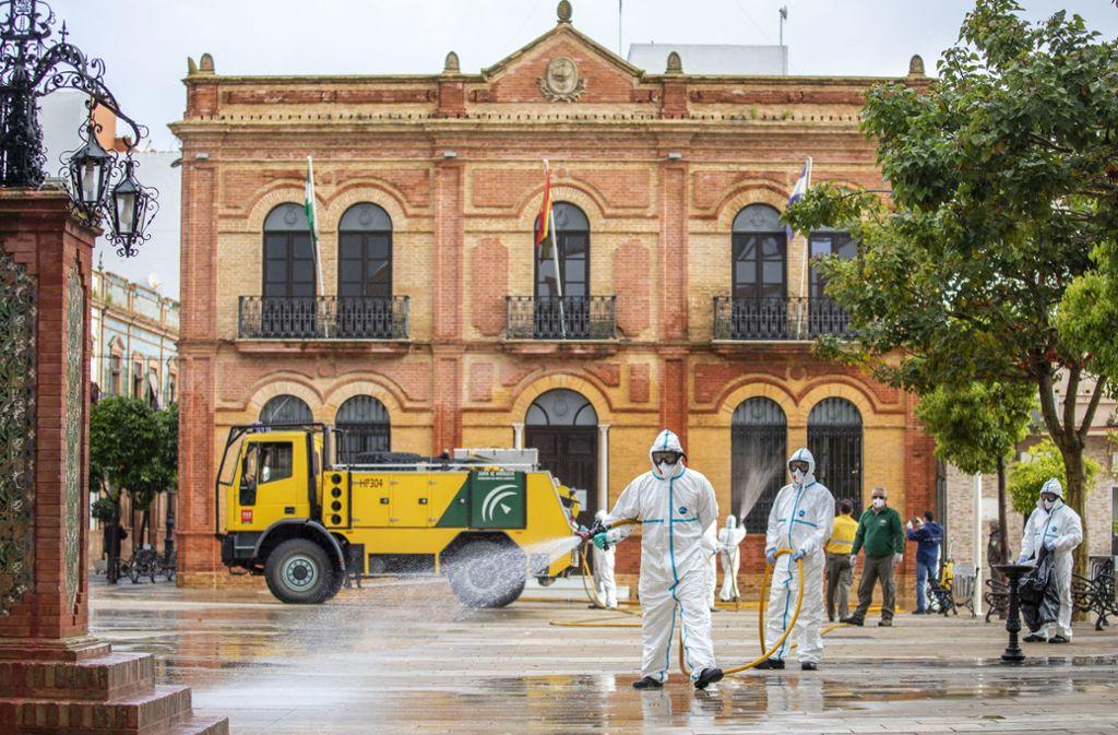 Auch im Südwesten Spaniens werden öffentliche Plätze und Straßen desinfiziert. Foto: /dpa/ A.Perez