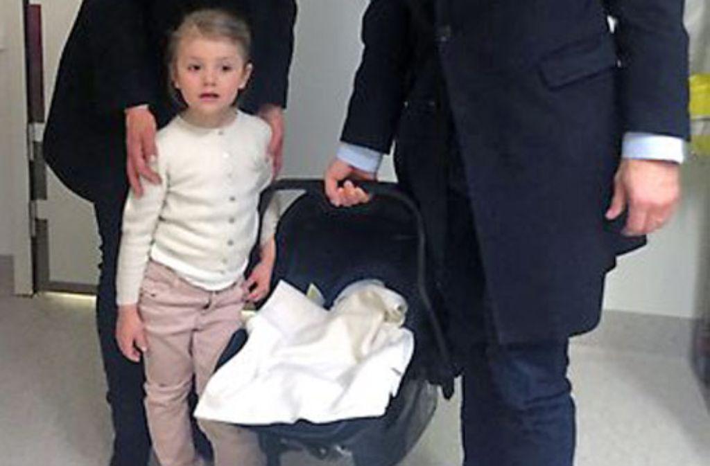 Die kleine Familie ist um ein Mitglied gewachsen. Prinzessin Estelle lernte am Donnerstag ihr Brüderchen kennen. Foto: Kungahuset.se