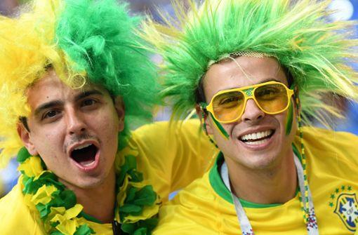 Brasilianische Fans feiern Stewardess