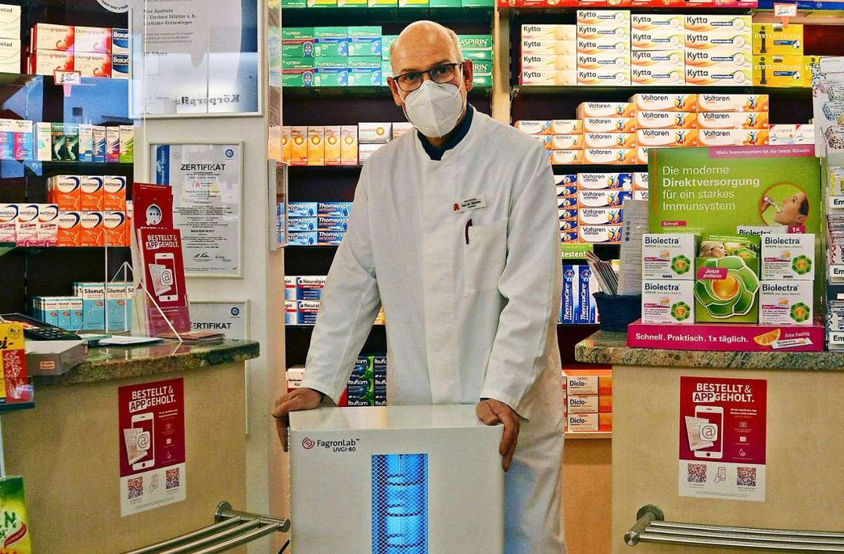 Mit Mundschutz, Luftreiniger und Lüften könnte der Ausbreitung des Coronavirus entgegengewirkt werden, ist der Apotheker und Stadtrat Eberhard Wächter (Freie Wähler) überzeugt. Foto: Philipp Braitinger