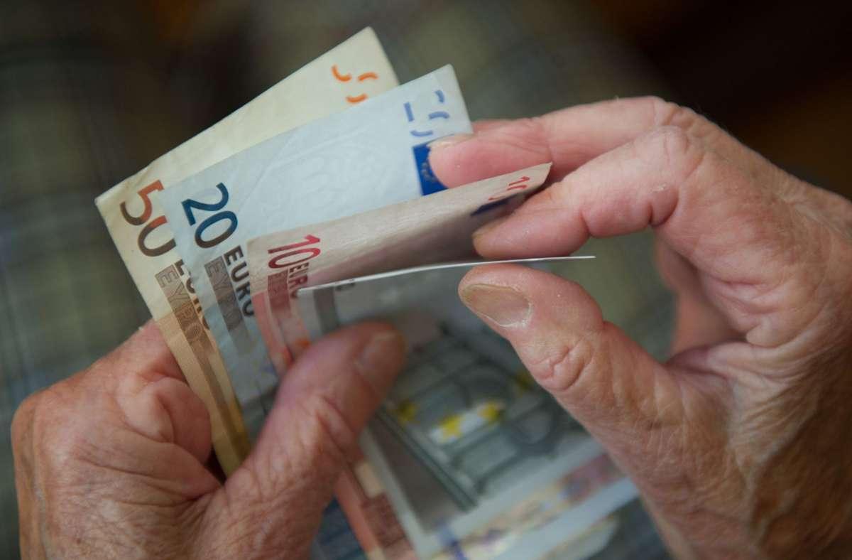 Für Grundsicherungsempfänger gibt es im Mai einen einmaligen Zuschlag von 150 Euro. (Symbolbild) Foto: dpa/Marijan Murat