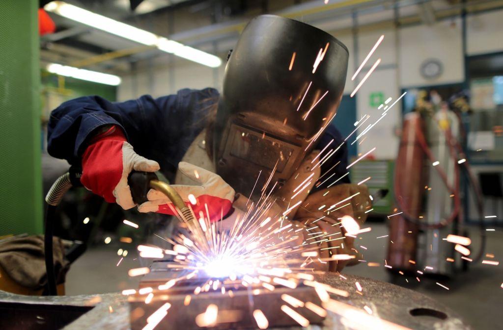 Eine Frau macht eine Ausbildung zum Schweißer. Die Unternehmen der Region Stuttgart beklagen, dass viele Bewerber wenig über den angestrebten Beruf wissen. Foto: dpa