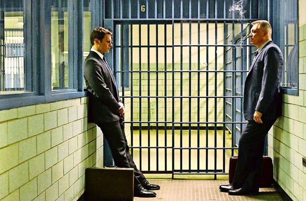 Die FBI-Agenten Holden Ford (Jonathan Groff, li.) und Bill Tench (Holt McCallany) warten im Gefängnis auf ein Interview. Foto: Merrick Morton/Netflix