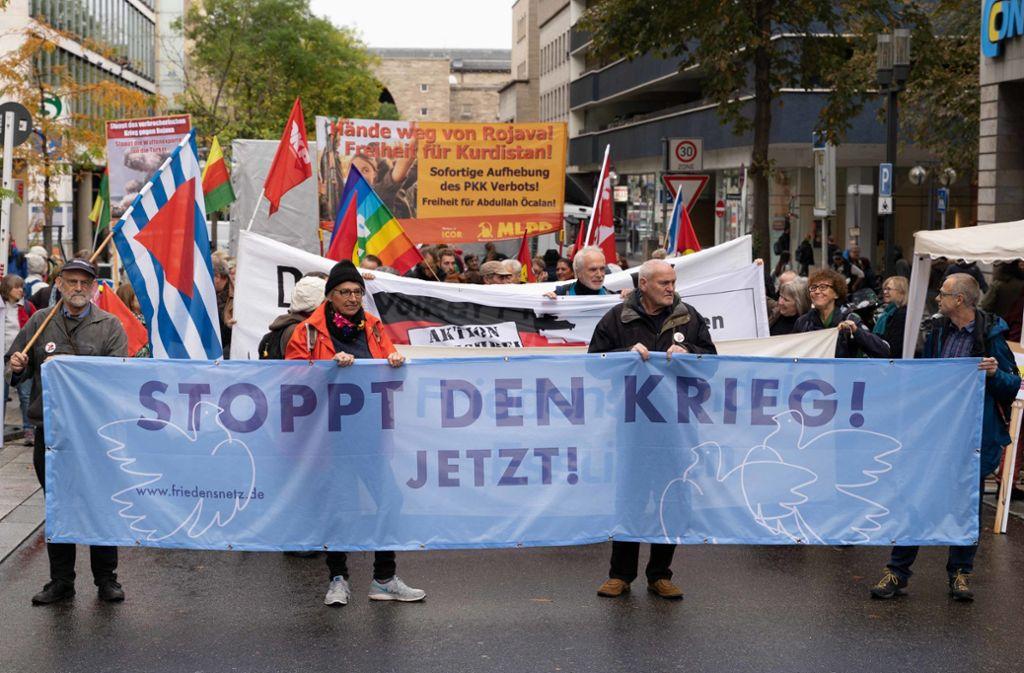 Demonstranten zeigten Transparente. Foto: Julia Schramm/Julia Schramm