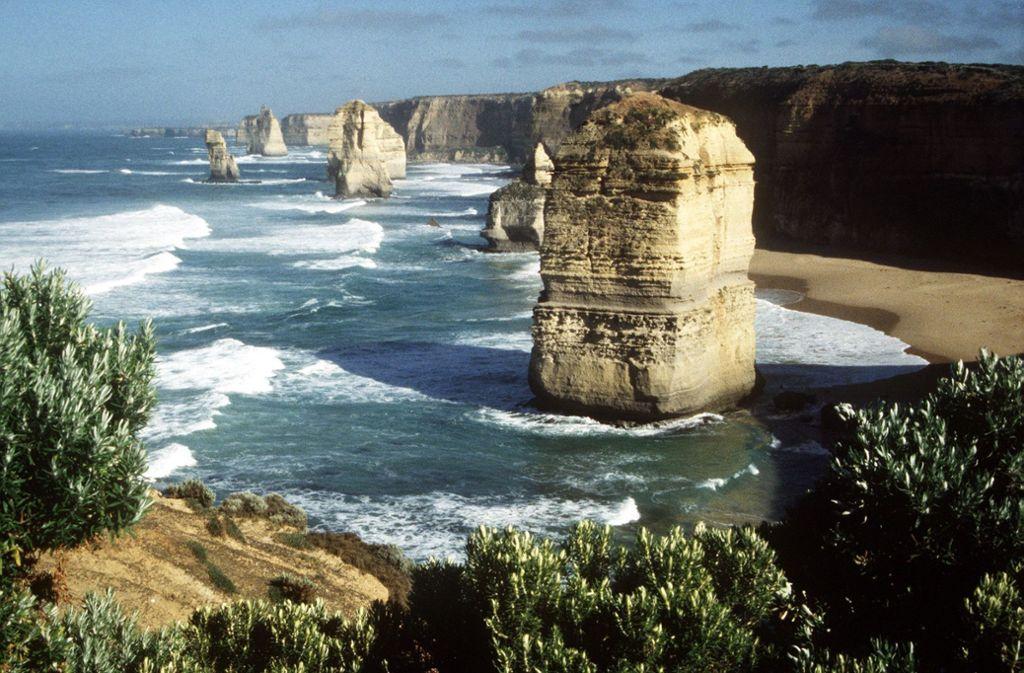 Von der Great Ocean Road aus ist die berühmte Felsformation der Zwölf Apostel zu sehen. Foto: picture-alliance/