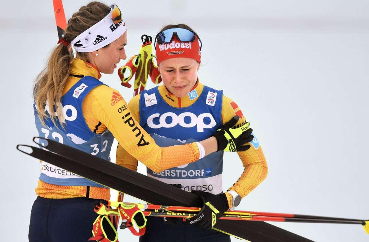 Enttäuschte deutsche Langläuferinnen nach dem Skiathlon: Pia Fink (li.) und Katharina Hennig. Foto: imago