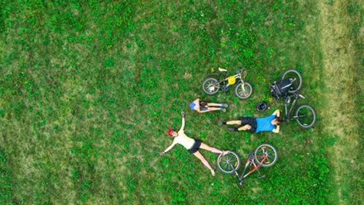 Endlich Frühling! Sich einfach fallen lassen, in das schöne Gefühl, wieder ganz viel draußen in der Natur zu sein. Unsere Einsteiger-Radtour durchs Bühlertal macht wintermüde Glieder wieder fit. Foto: Shutterstock/JaySi