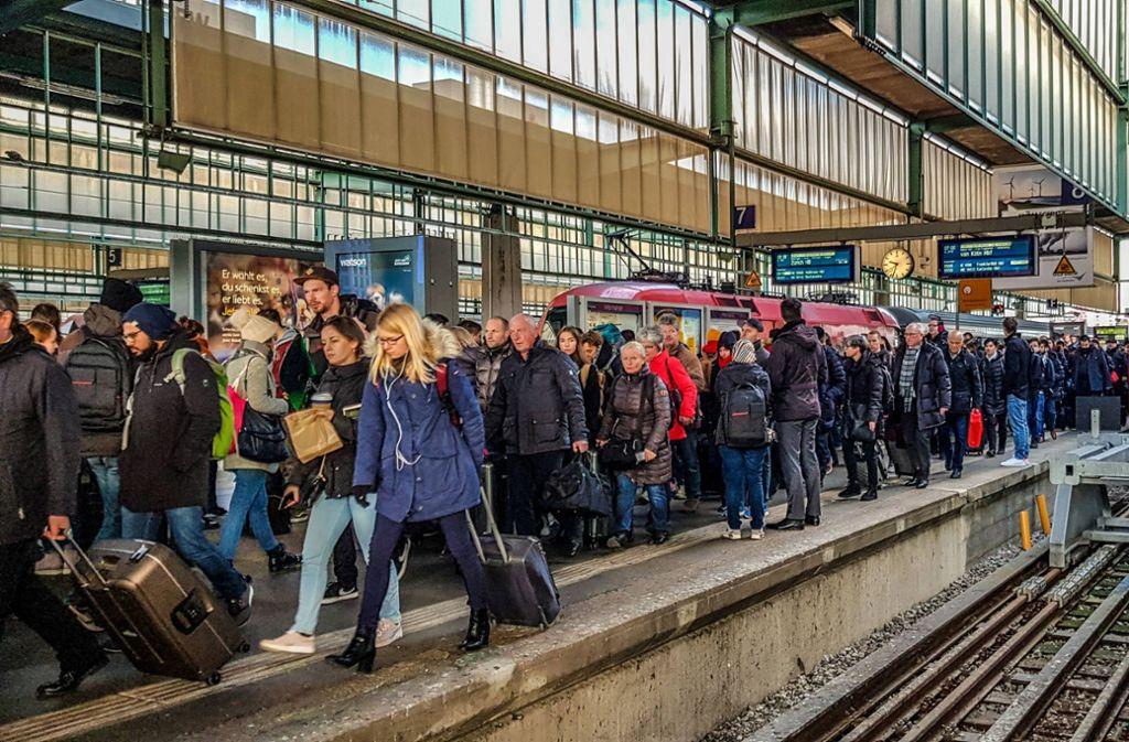 Die Nerven liegen bei den Berufpendlern blank, nachdem der S-Bahn- und Regionalverkehr am Montagmorgen in Stuttgart und Region zum Erliegen kam. Foto: 7aktuell.de/Max Kurrer